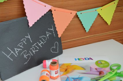 Happy Birthday, Schiefertafel, Papier, Kordel, Schere, Geburtstagsdekoration, Geburtstagsgirlande, Girlande, Do-It-Yourself, DIY, basteln, Wimpelkette, DIY-Wimpelkette, Heyda, Knorr Prandell